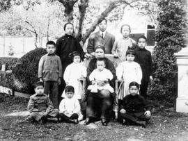 Family of Lim Dat Chor.  Lim Tong Shee (Lim Bangs mother) seated centre, Lim Bang behind her.