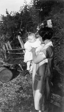 Eileen Jane (Gypsy) Moore (nee Switzer) and daughter Audrey