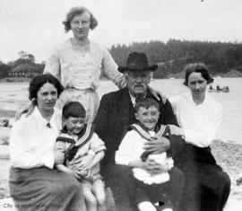 Renfree and Whyte family group at Cadboro Bay